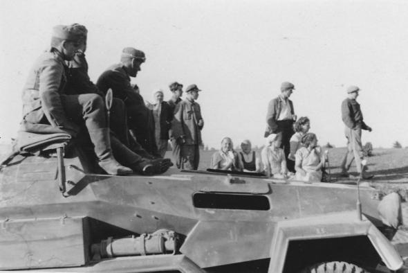 June 1941. German troops in Belarussia. Sd.Kfz. 251/1 Ausf. A/B mittlerer Schützenpanzerwagen | por vostok71