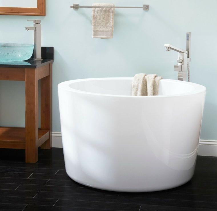 petite baignoire d 39 angle et solutions pour petits espaces tiny apartments bath and japanese. Black Bedroom Furniture Sets. Home Design Ideas