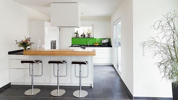 Küche dunkler Fliesenboden weiße Wände weiße Küche mit