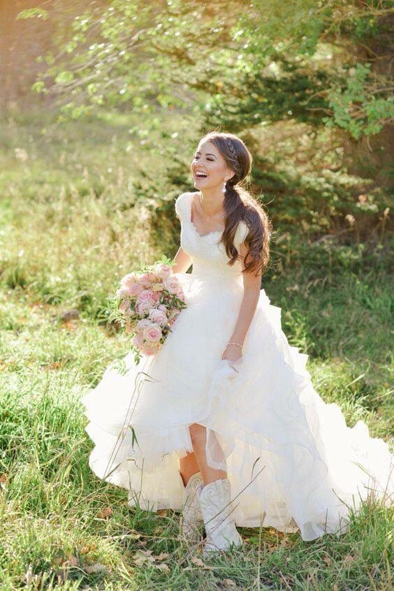 Brides in boots...because you can't take the country out of the girl  #wedding #beauty Source|Pinterest