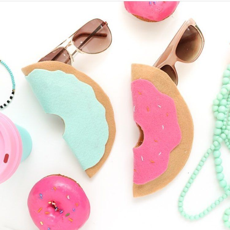 Make these super cute diy donut sun glasses holders, for more cool projects like this click the link in the bio #diy #crafts #fun #cute #diyideas #crafty #diyprojectsforteens #diyproject #craft #projects #teens #hi #swag #teenagers #creative #project #awesome #art #artsy