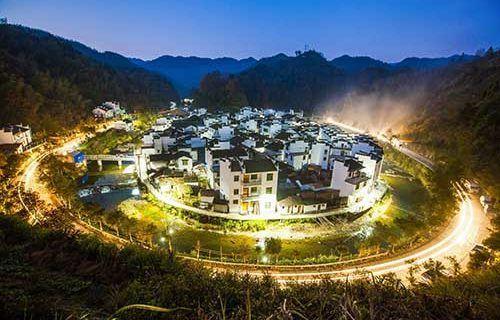 """Il piccolo villaggio rotondo di Jujing nello Jiangxi - Turismo in Cina C'è un piccolo villaggio nella contea di Wuyuan: Jujing (???). E' conosciuto come il """"villaggio rotondo"""" per la sua particolare forma, circondato da un fiume. Le case sono in stile Huizhou, come la g #cina #jiangxi #viaggi #turismo"""