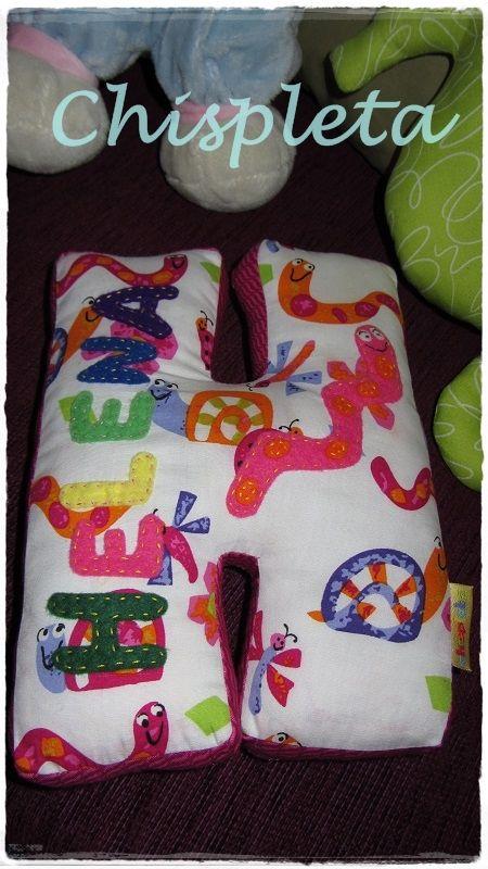 Cojincitos en forma de LETRA, por supuesto puedes pedir la que quieras!!! Telas de algodón en los colores que te gusten, relleno de algodón. También puedes verlo en www.chispleta.com