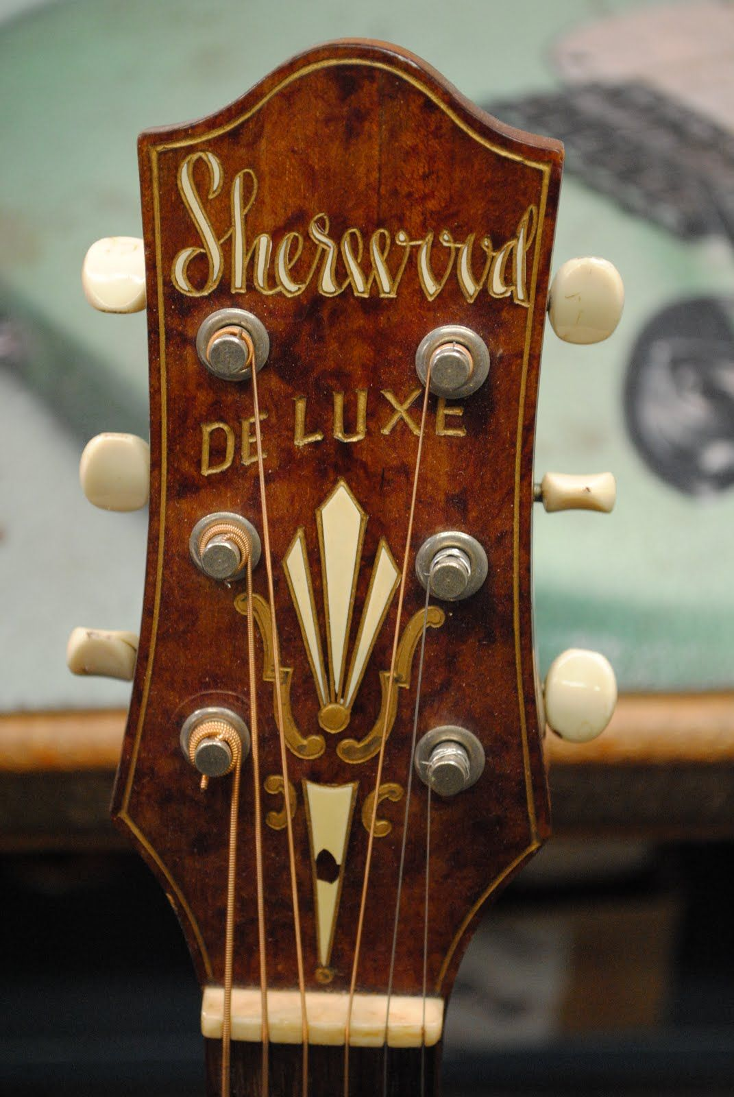 Sherwood Deluxe Archtop Headstock Sherwood Was A House Brand Of Montgomery Wards And Were Made By The Kay Compan Archtop Guitar Vintage Guitars Acoustic Guitar