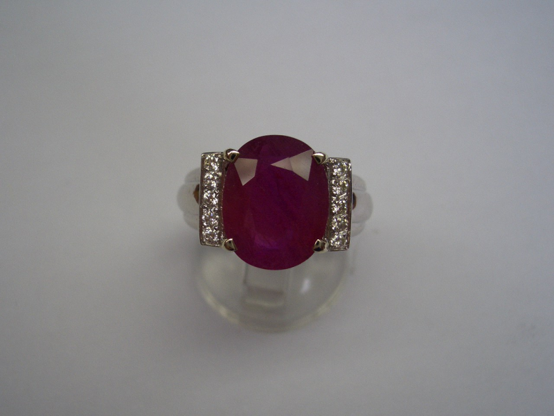 #Ring white gold  #ruby #diamond.  Discover our catalogue.  http://www.lotprive.com/en/buy/bijoux-joaillerie/bague-jonc-godronnee-or-blanc-9g95-ornee-d-un-rubis-de-6-35cts-et-de-2x5-diamants-189829