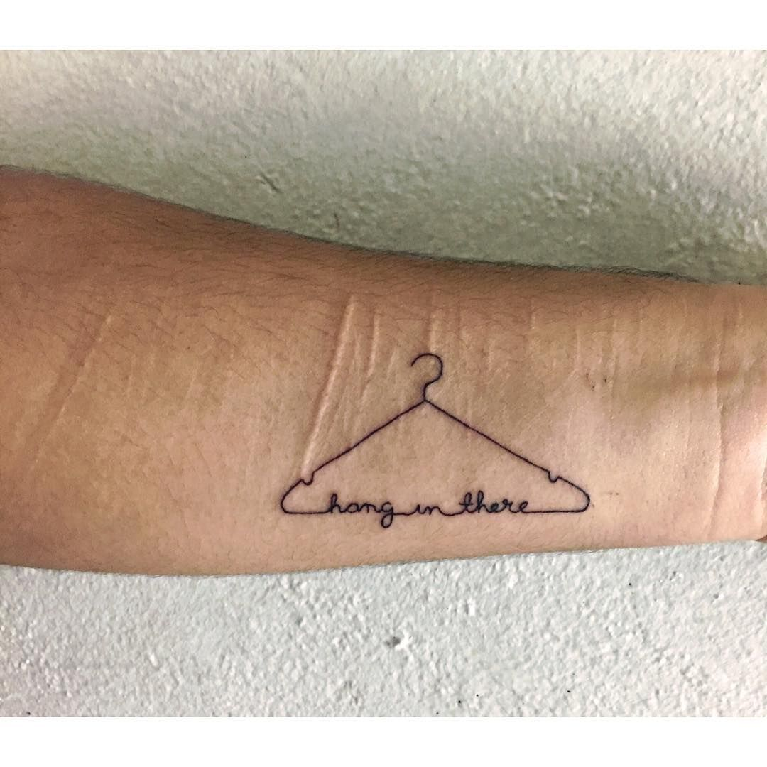 19 schlichte Tattoos mit nur einem Strich, die den Schmerz definitiv wert sind