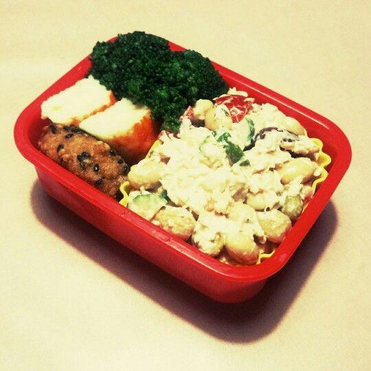7/23 冷たいお弁当。豆ツナマヨサラダ、海苔巻きチキン(冷凍)、チーズかにかま、ハーブソルトブロッコリ