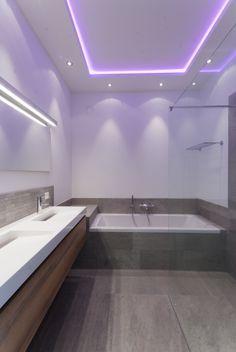 Indirecte rgb ledverlichting in het plafond van de for Indirecte verlichting toilet