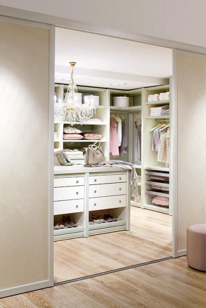 Beautiful Behandeln Sie das Innenleben Ihres begehbaren Kleiderschranks wie Ihr Wohnzimmer Um Ihren Schrank innerlich aufzuwerten