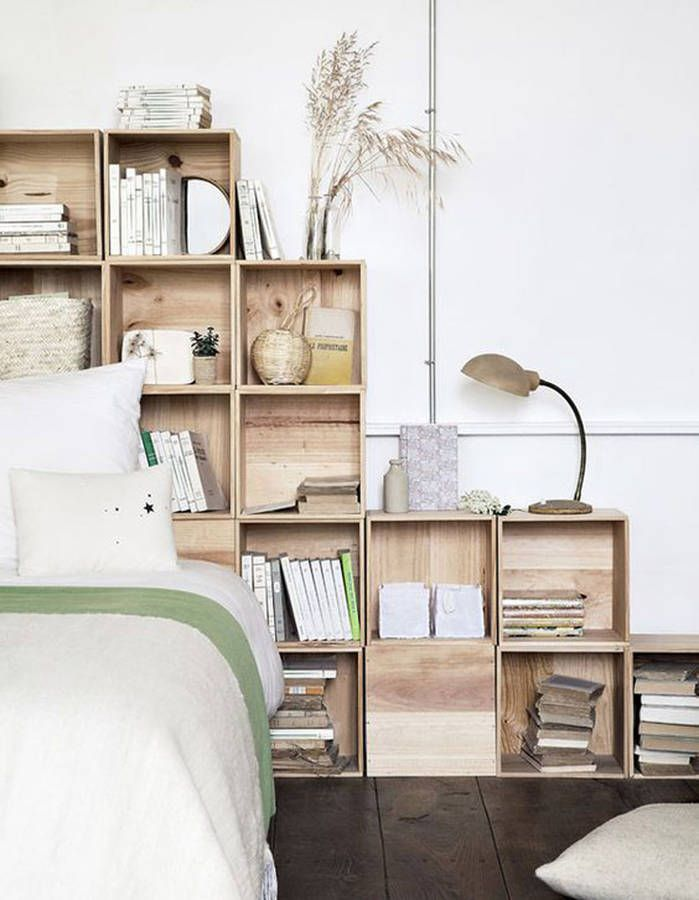des caisses en bois en guise de t te de lit chambre. Black Bedroom Furniture Sets. Home Design Ideas