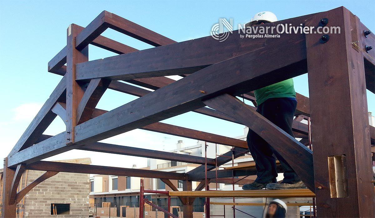 Montaje de cercha de madera laminada estructura a 2 aguas - Estructura madera laminada ...