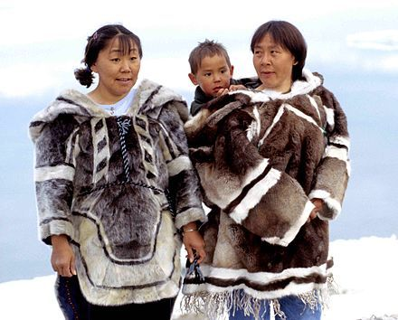 Traditionelle Inuit-Bekleidung; links Amauti (Frauen-Parka) aus Robbenfell, rechts aus Karibufell (Iglulik-Region)