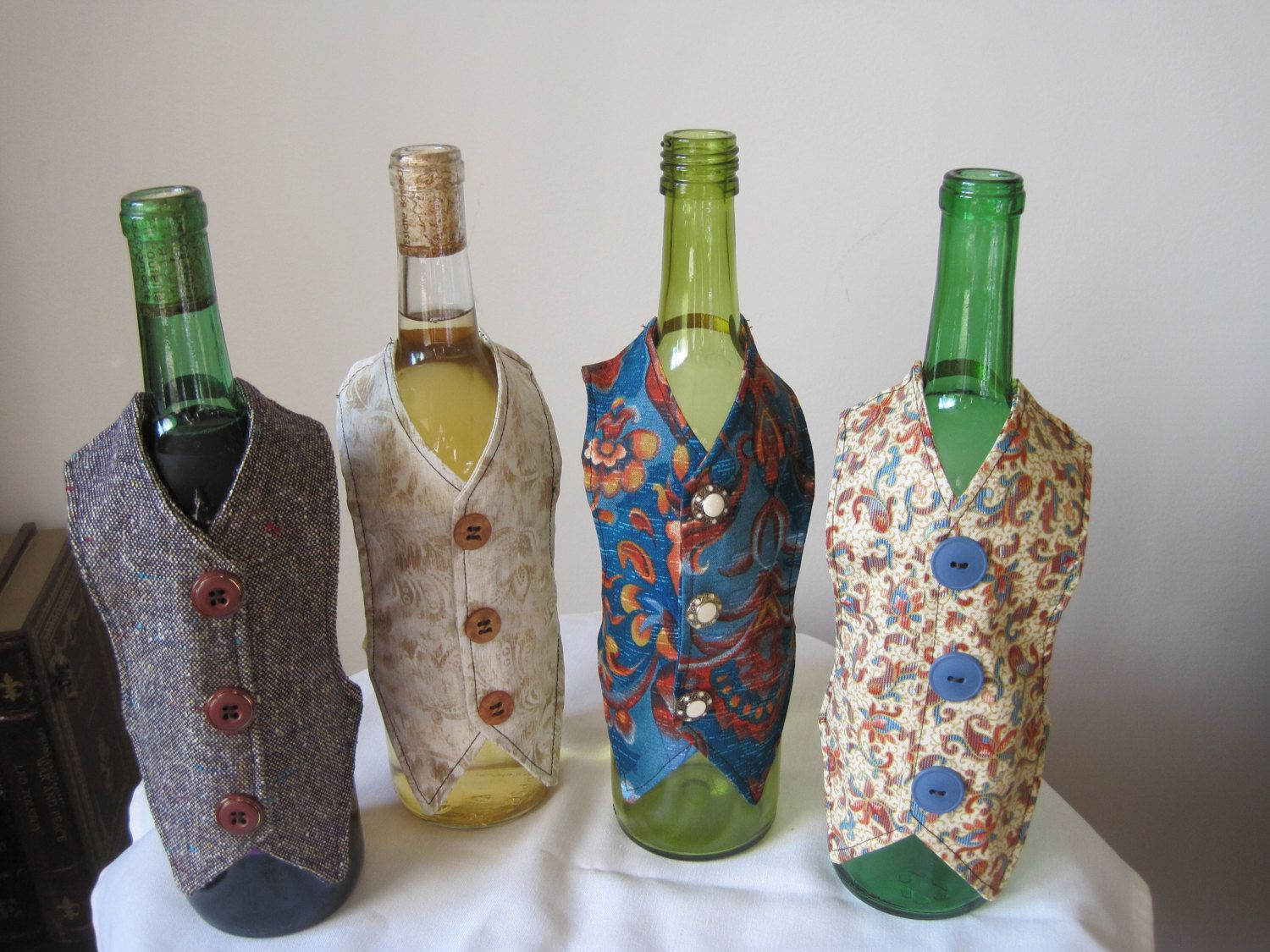 How To Decorate A Wine Bottle For A Gift Decoraciones De Botellas De Vino Fundas De Por Footlessdesigns