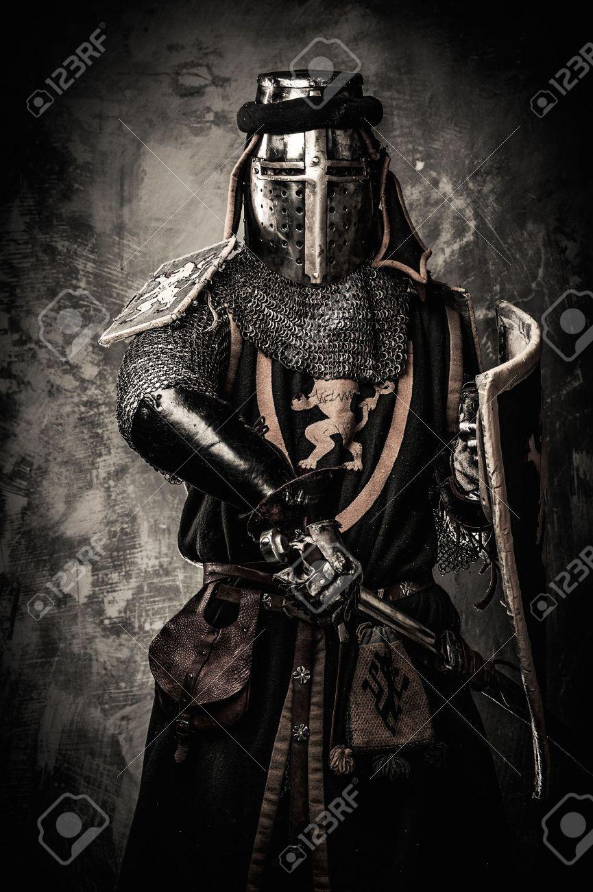 Chevalier Médiéval Avec Une épée Contre Le Mur De Pierre Banque D'Images Et Photos Libres De Droits. Pic 31170689.
