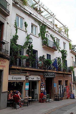 Los turistas que disfrutan de la cafetería en Granada, Andalucía, España, Europa