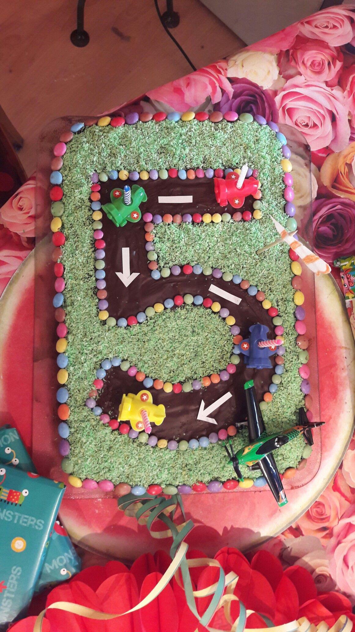 Flugzeug Landebahn Aus Einem Schoko Ruhrteig Uberzogen Wurde Der Kuchen Mit Schokola Geburtstagskuchen Kinder Kuchen Flugzeug Geburtstag Flugzeugs Geburtstag