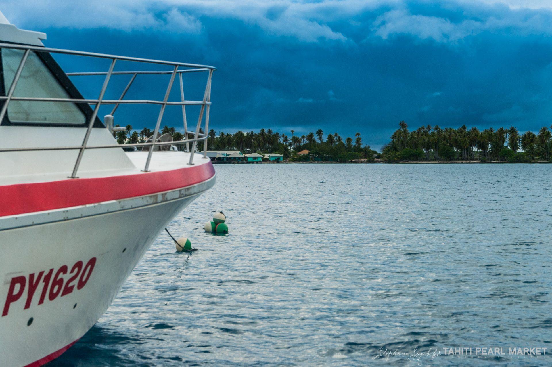 Ciel Plombe Au Dessus De La Ferme Perliere Le Dechargement Du Thonier Suit Son Cours Pearl Farm Tahiti French Polynesia