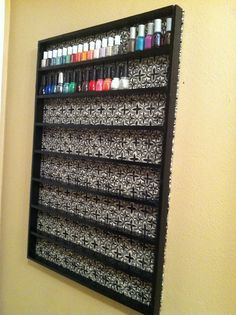 Statt tapete knnte man fotos in den hintergrund kleben so doityourselfnailpolishshelf diy nail polish rack back to the basics solutioingenieria Gallery
