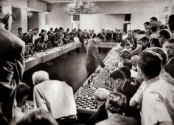 Bobby Fisher playing with 50 opponents simultaneously at his  Hollywood hotel 1944
