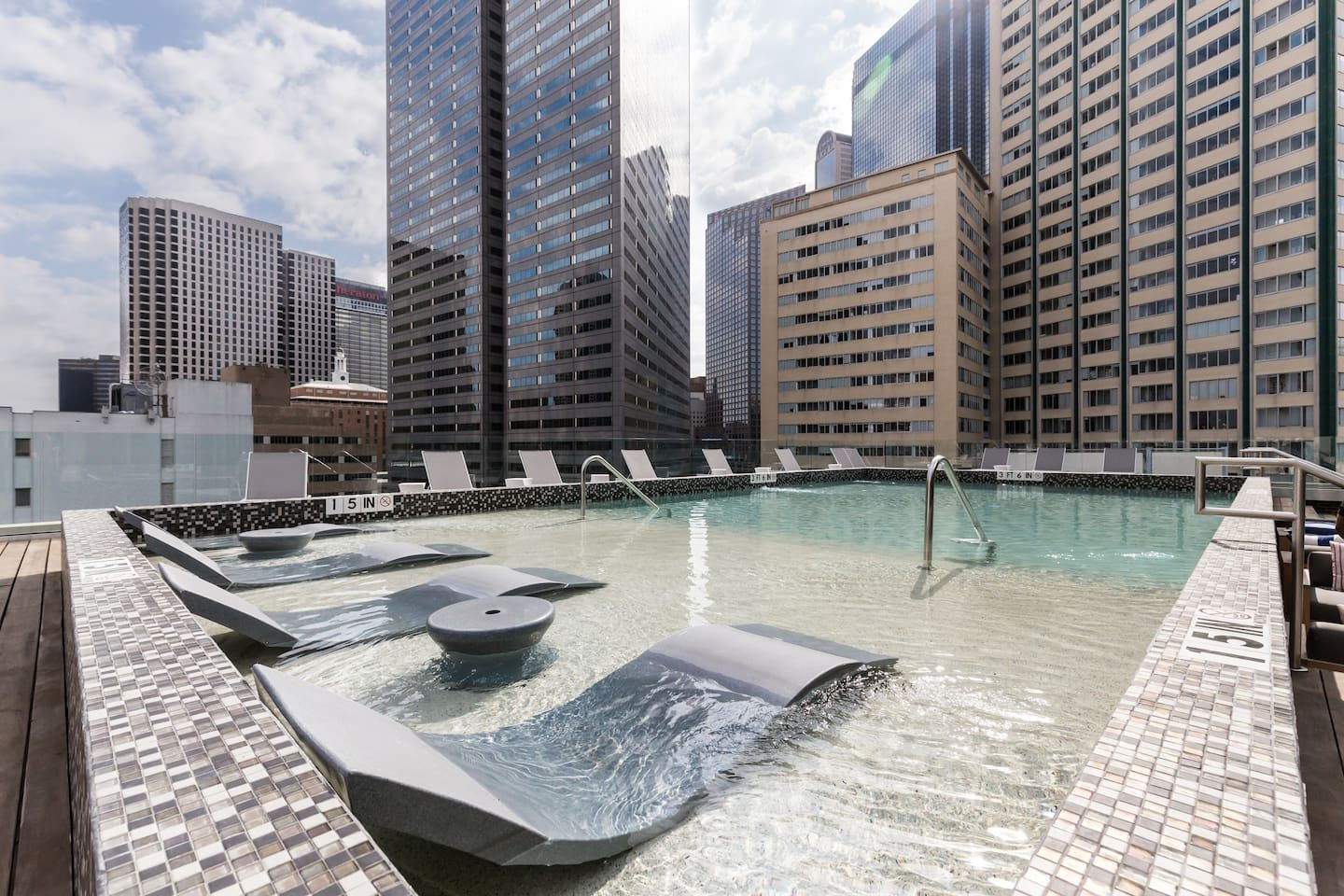 Premier Mid Rise W Rooftop Pool Apartments For Rent In Dallas Texas United States