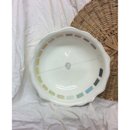 Grand saladier en faïence très blanche, Il est très pratique pour mélanger la salade verte, de grosses salades composées, des pâtes-parties, présenter des fruits,... Décoré de carrés de couleurs en dégradé, cernés de crayon oxyde. Prix atelier :40€