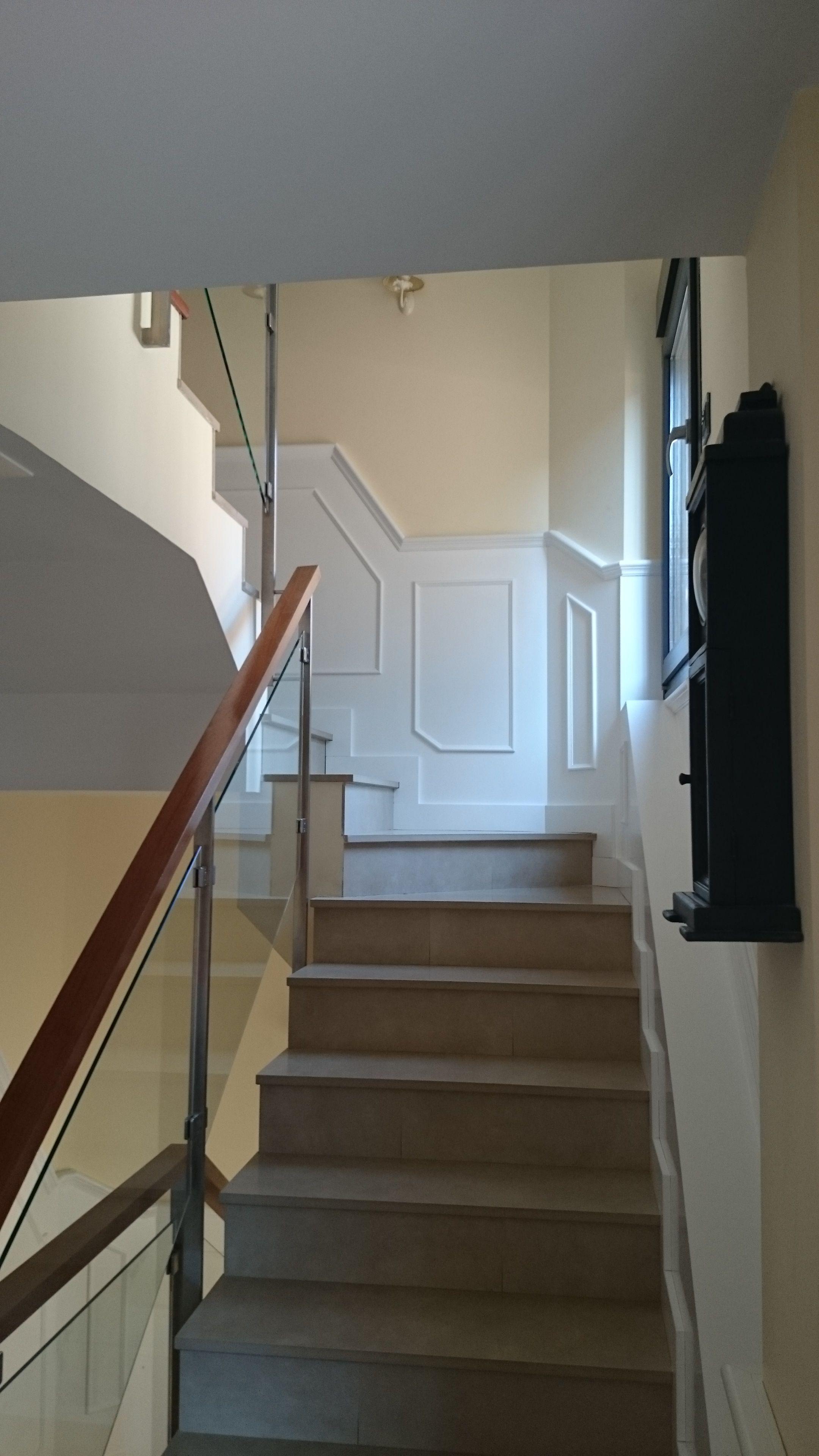Barandilla de cristal y madera propio fabricaci n de friso lacado en blanco escaleras in Escaleras de cristal y madera