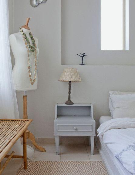 טברנה ים תיכונית בקיבוץ. בחדר השינה - עירוב של שטיחים ושידות
