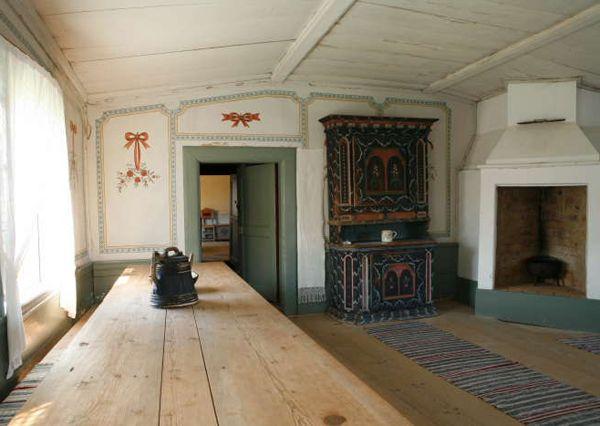 Interior with painted decorations in old big Swedish farmhouse. Kristofers i Stene by, Järvsö, Sweden . Gården är en av sju världsarvsklassade hälsingegårdar med ett unikt väggmåleri i fest- och sängstuga