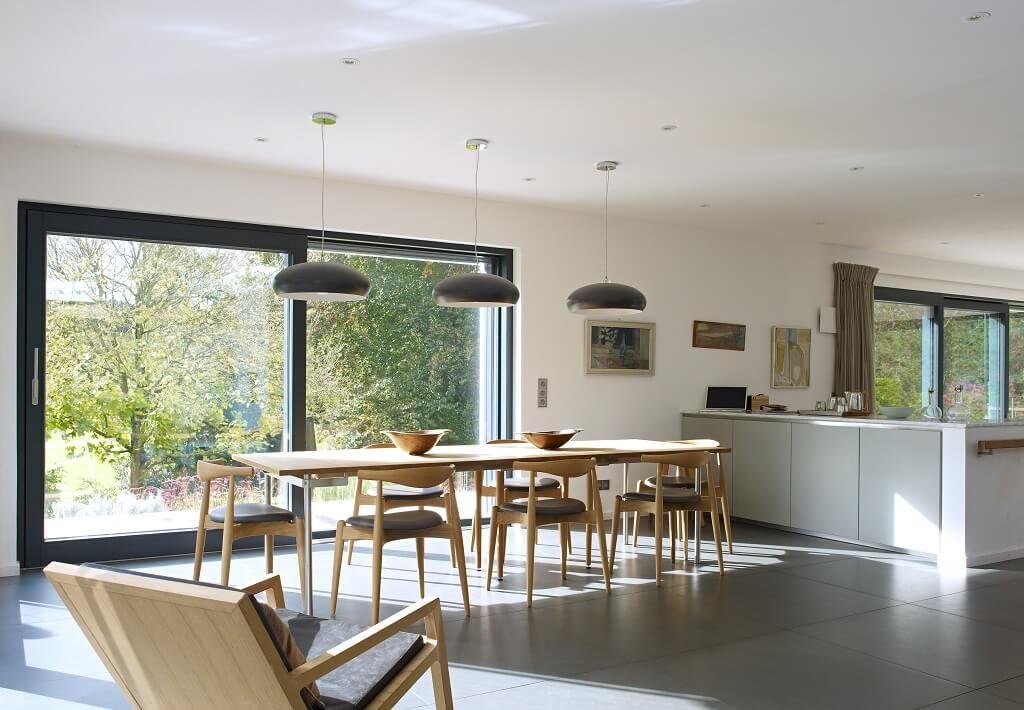 Großer Esstisch mit offener Küche -   wwwhausbaudirektde/haus - Parkett In Der Küche