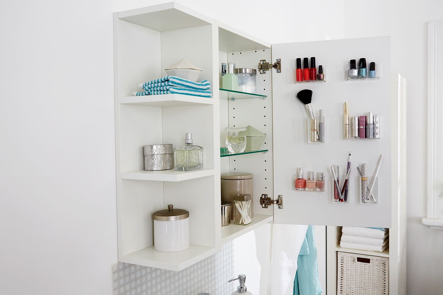 Mehr Stauraum Im Bad Schrank So Geht S Bathroom Medicine Cabinet Floating Shelves Diy Home Organisation