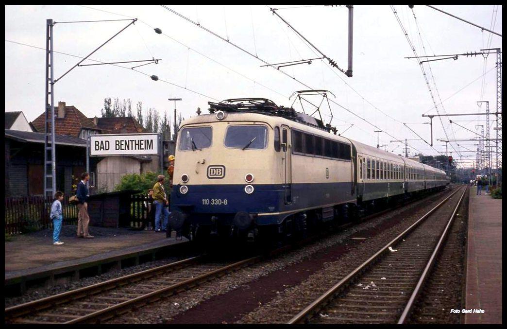 Am 6 10 1991 Hat Die Db 110330 Den Schnellzug Aus Holland Nach Berlin Um 15 01 Uhr Im Grenzbahnhof Bad Bentheim Ubernommen Der Zug Schnellzug Zug Bad Bentheim