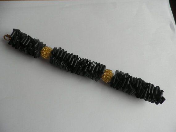 Zwarte rubber armband met goudkleurig opengewerkte door assieshop