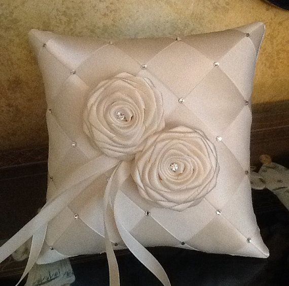 bague de mariage au porteur oreiller fait sur commande a vos couleurs avec swarovski crystals et decoration de fleurs de satin