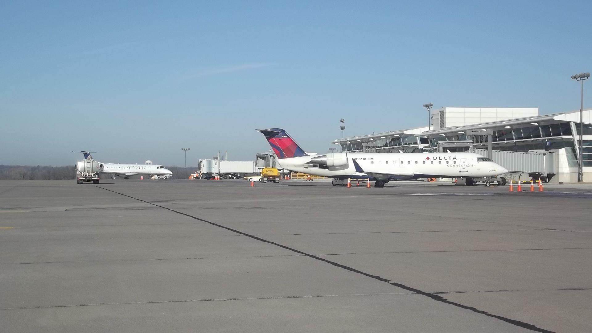 Delta At The Gate At The Quad City International Airport Moline Il Mli Quad Cities International Airport Quad