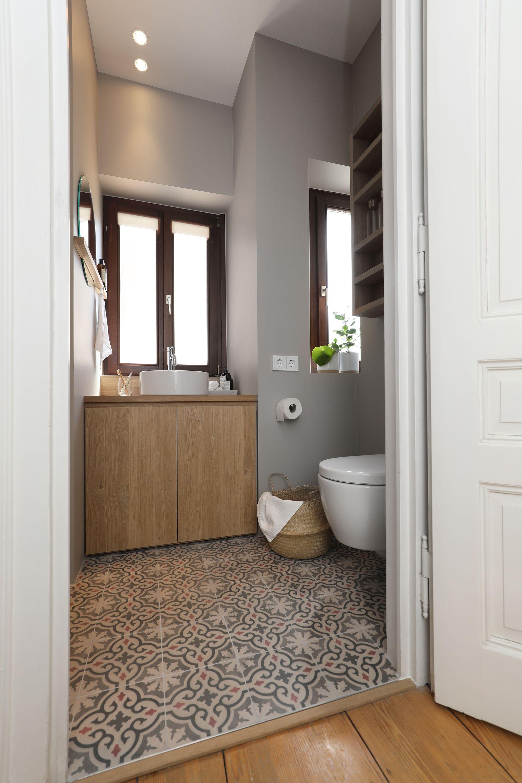 Im 3 Og Eines Altbaus Musste Das Kleine Badezimmer Nach Einem Wasserschaden In Einer Mietwohnung Komplett Saniert In 2020 Kleine Badezimmer Altbau Innenarchitektur