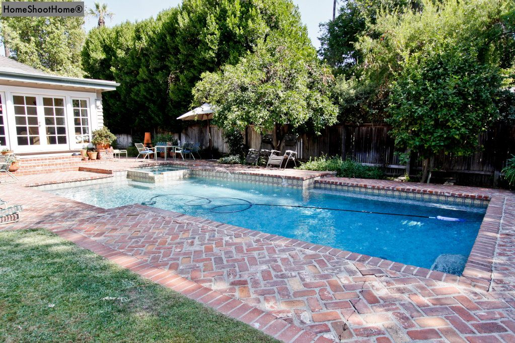 Love The Brick Around This Pool With Images Backyard Pool Landscaping Pool Remodel Pool Pavers