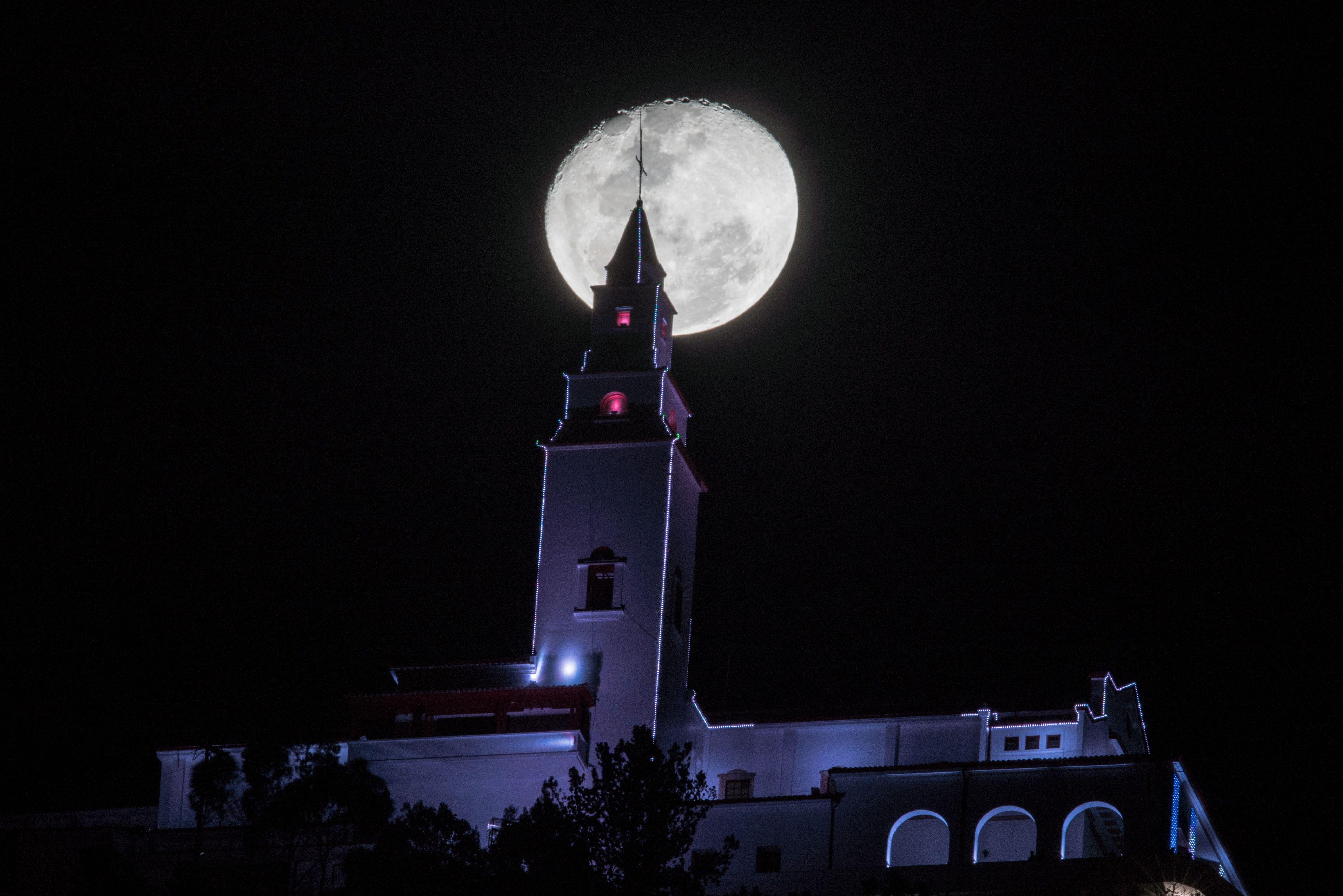 Fotografía Nocturna de la Luna sobre el Santuario de Monserrate en Bogotá.