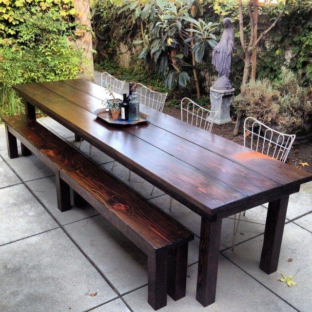 Einfacher Essbereich im Freien mit rustikalen Gartenmöbeln