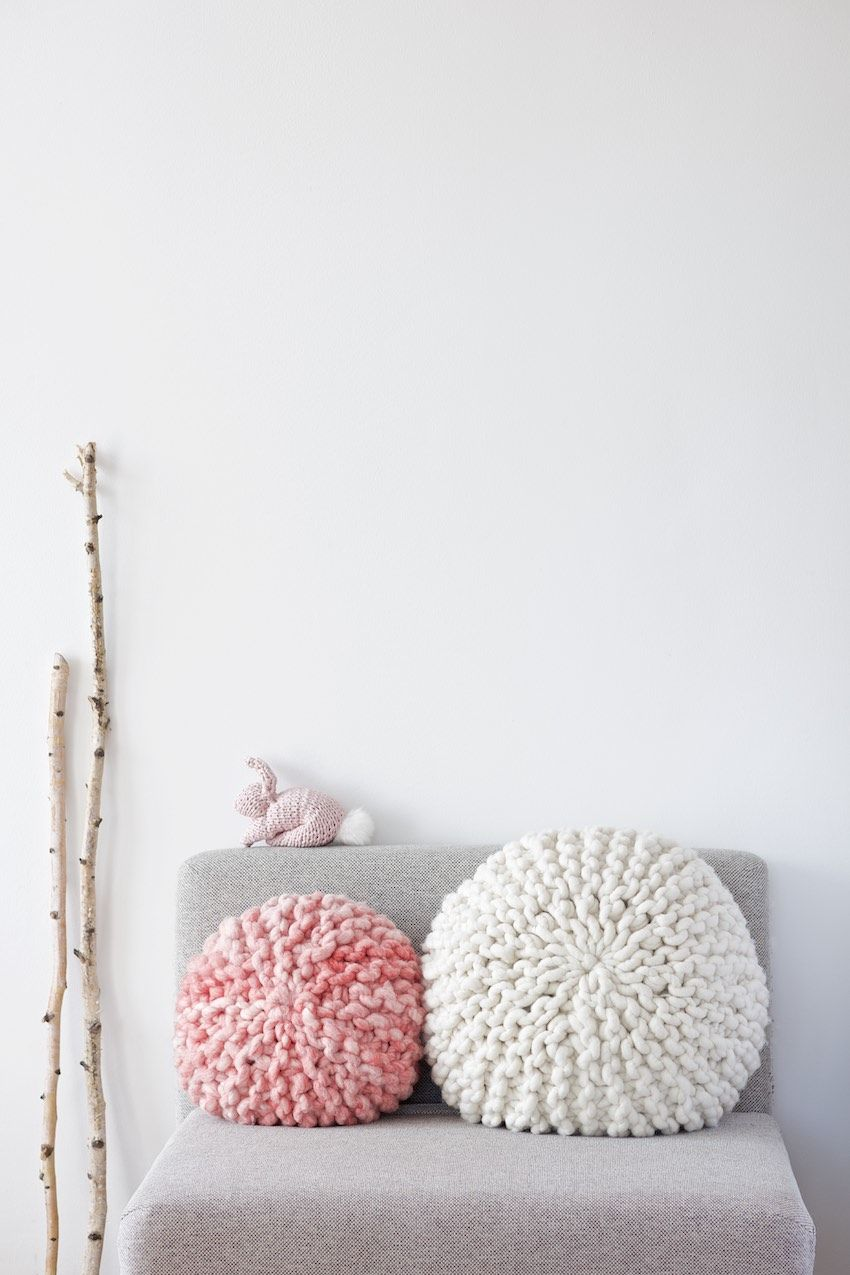 tutorial diy for a chunky knitted round pillow anleitung. Black Bedroom Furniture Sets. Home Design Ideas