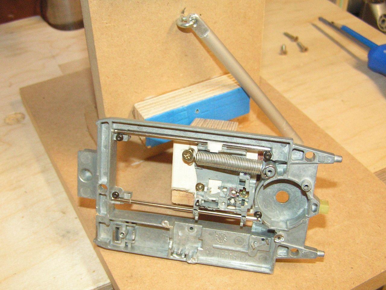 Rückholfeder und Hebel am Minibohrständer