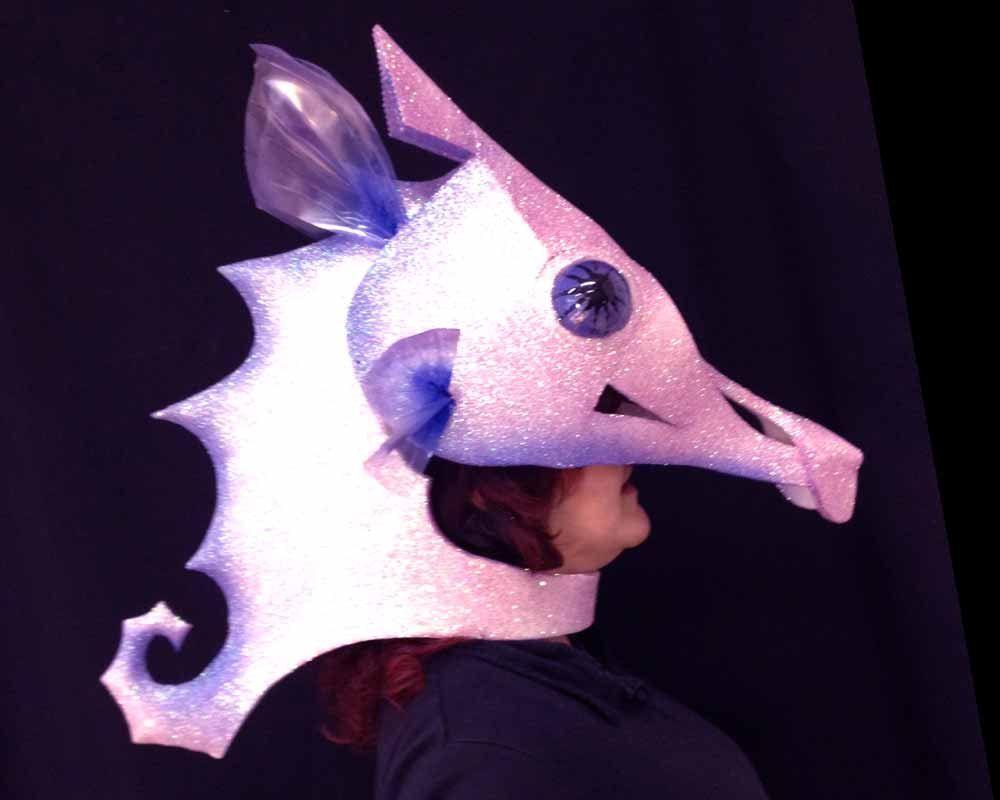 3915b86aee025 Cabeza de la máscara de Caballito de mar  Este caballito de mar es  simplemente maravilloso. El brillo holográfico brilla como la magia en un  caleidoscopio ...