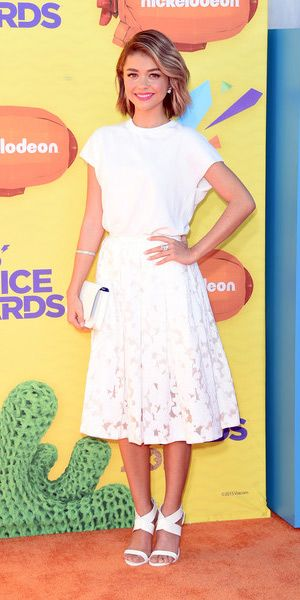 Sarah Hyland at the 28th Annual Kids' Choice Awards (March 28, 2015), wearing a Michael Kors Cap-Sleeve Jersey Pullover, a Kate Spade clutch, a Michael Kors Floral Fil Coupe Midi Skirt and Casadei shoes. #sarahhyland #style