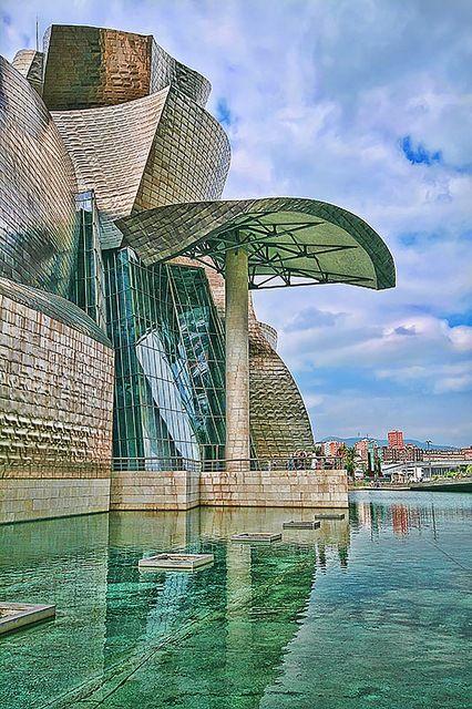 Museo Guggenheim del arquitecto Frank Gehry , Bilbao, Pais Vasco. Fue inagurado por Juan Carlos I en 1997 y recibe un million de visitantes cada año .