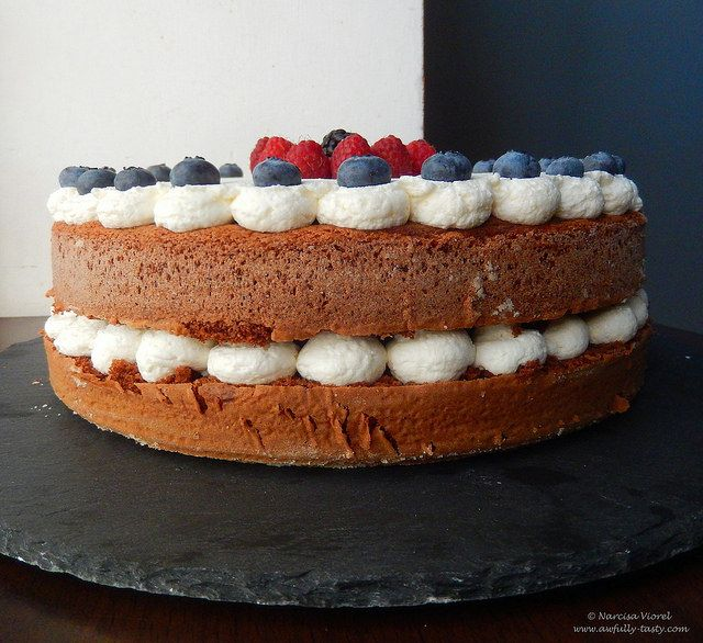 Tort cu crema de branza si fructe de padure.  Naked cream cheese and berries cake.