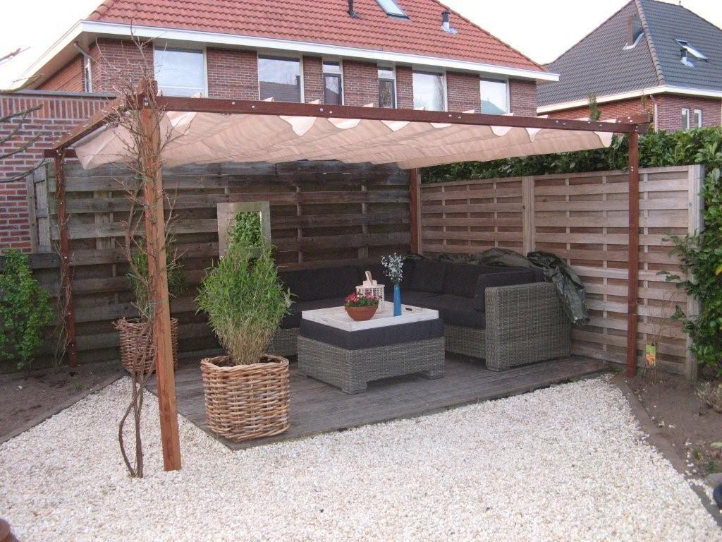 Schaduwdoek wellicht voor extra zithoek links achterin de tuin dan ook altijd plek om in de - Dakbedekking voor pergola ...