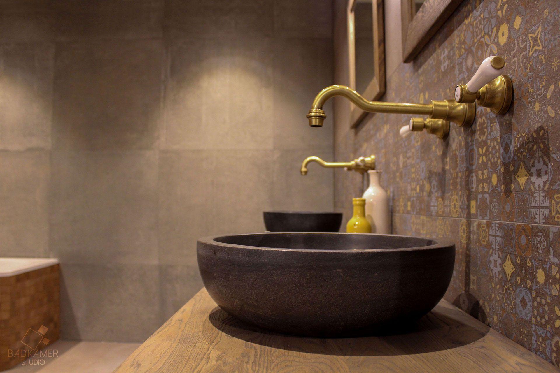 Maatwerk nostalgische badkamer met hoekbad, een strook tegels met ...