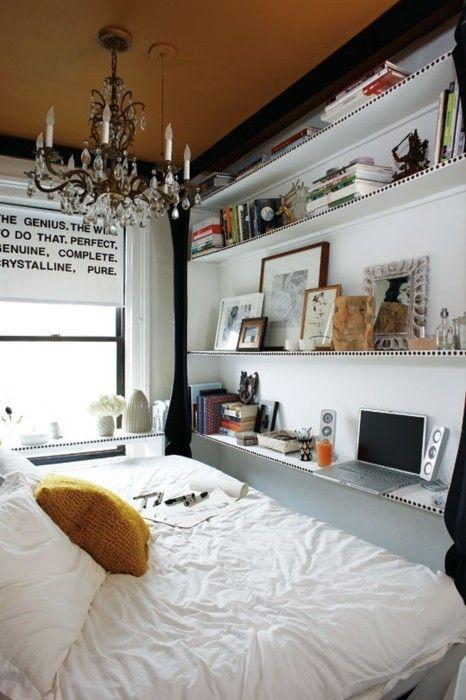 bureautje aan voeteneind bed is ook een idee.