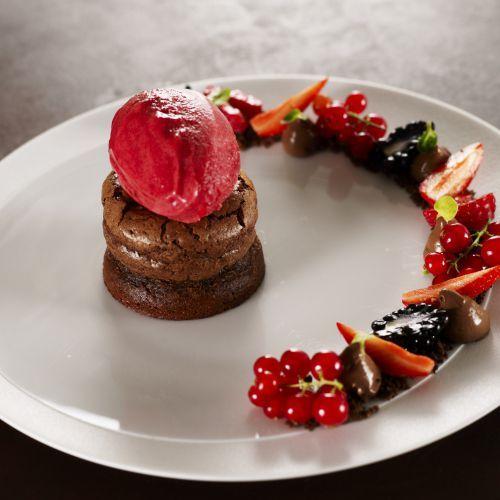 Moelleux au chocolat, Sorbet framboise et fruits rouges du chef Yves Mattagne
