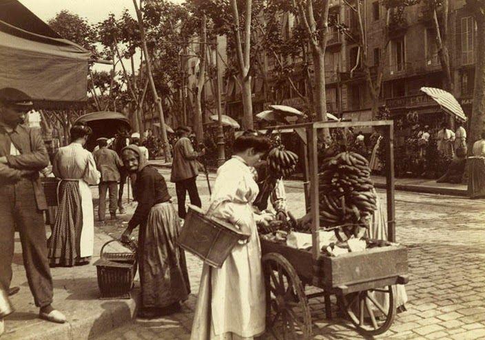 Barcelona en los inicios del siglo XX: Rambla de San José. Venta de plátanos cerca del Mercado de la Boquería.