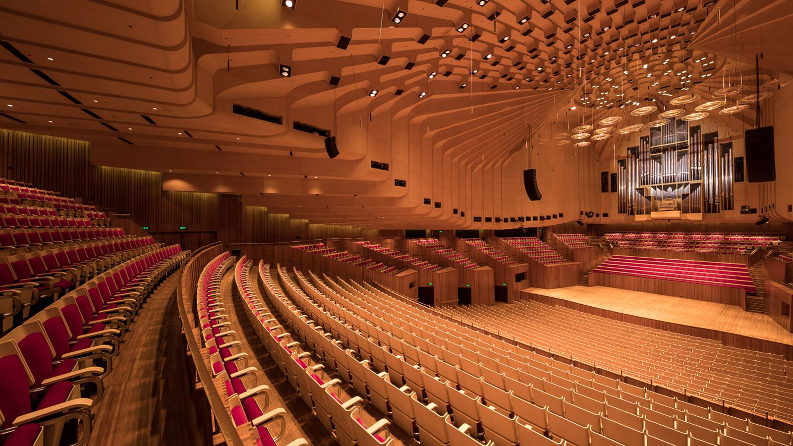 ним подошла фото самых больших концертных залов внешним